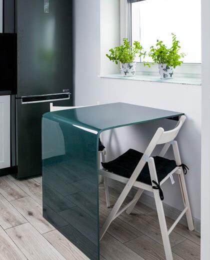 Szklany stolik w kuchni
